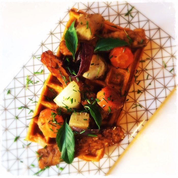 Gaufre végane de patate douce, tempeh caramélisé et légumes rôtis