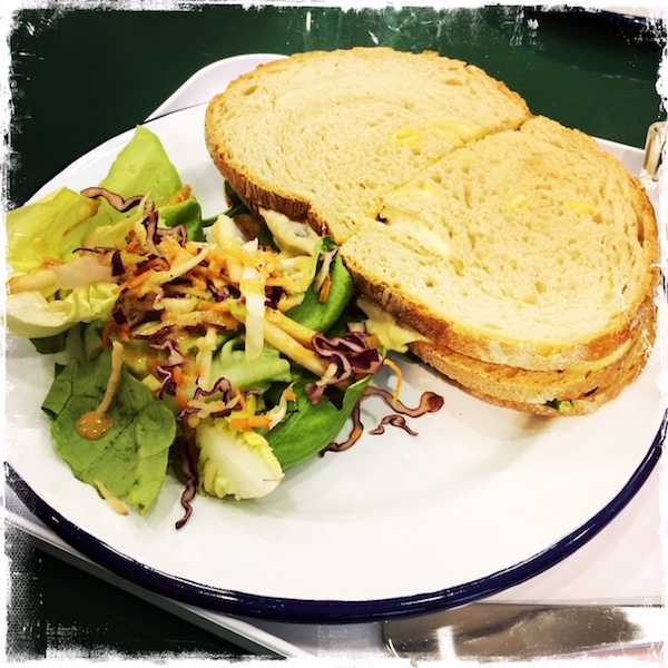 Sandwich club au tofu chez Aujourd'hui Demain