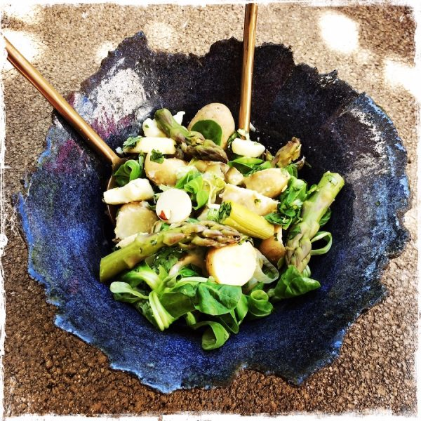 Salade de pommes de terre nouvelles et asperges vertes, gremolata aux noisettes